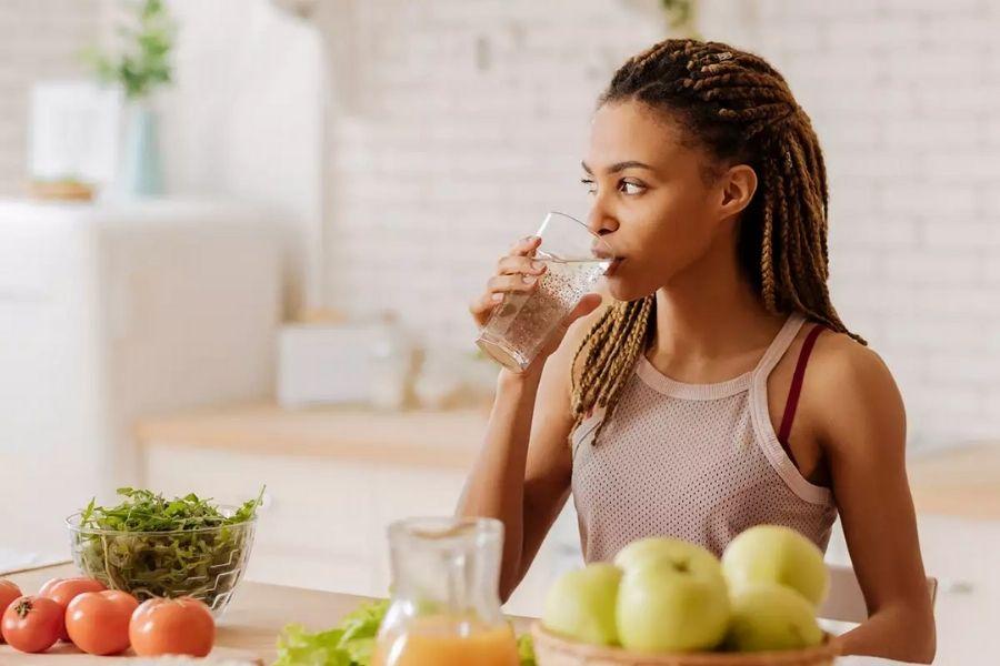 Uống nước khi ăn